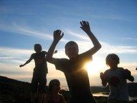 trampolina ogrodowa i dzieci